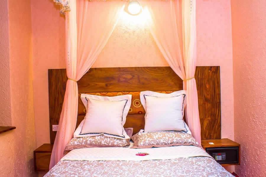 Deluxe queen room1
